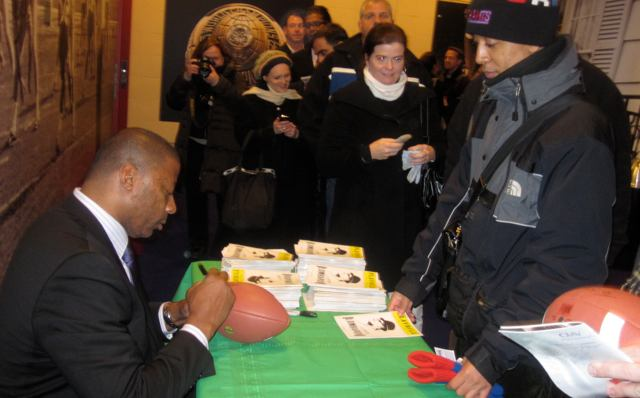 New York Giants Alum Carl Banks signs autographs for LOMBARDI fans